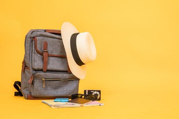 旅行関連の商品には、ビンテージバッグ、帽子、カメラ、地図、サングラス、パスポート、スマートフォンなどがあります。 Premium写真