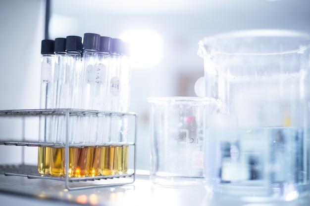 研究所 - 化学的背景のための科学的作業に使用されるガラス製品および機器 Premium写真