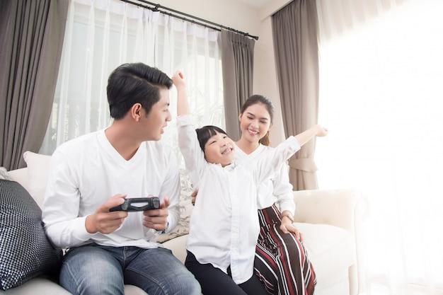 アジアの家族が家でのんびりと休日を過ごします。 Premium写真