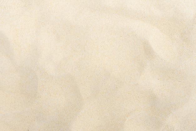 夏の太陽の下で細かい砂浜 Premium写真