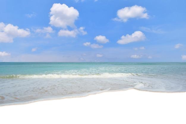 砂浜のビーチで海水波 Premium写真