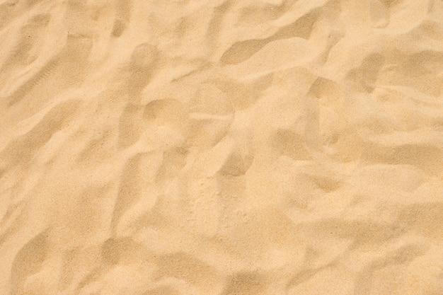 Мелкий пляжный песок под летним солнцем Premium Фотографии