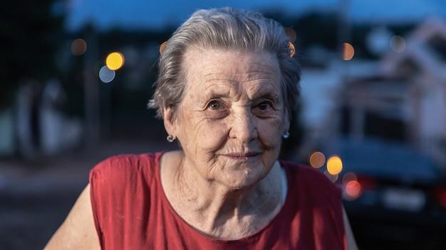 笑いと笑顔の年上の美人。高齢者の女性を笑顔します。 Premium写真