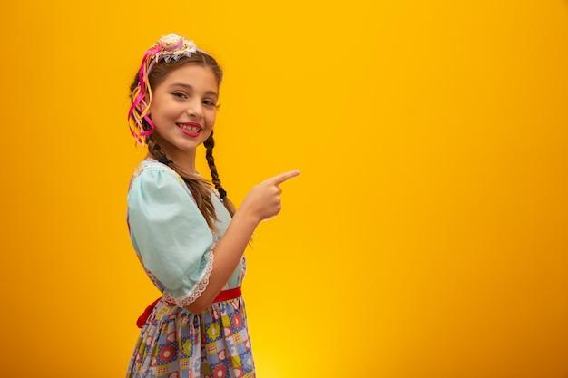 サンジョアンのお祝いに「フェスタジュニーナ」と呼ばれる有名なブラジルパーティーの典型的な服の子。 Premium写真