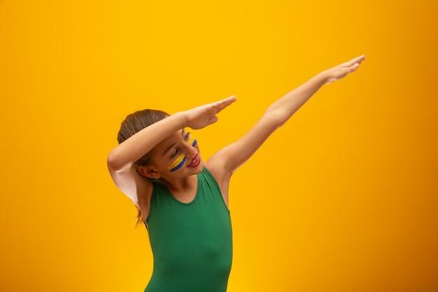 Футбольный болельщик сборной бразилии. кубок мира. красивая маленькая девочка, болеть за свою команду Premium Фотографии