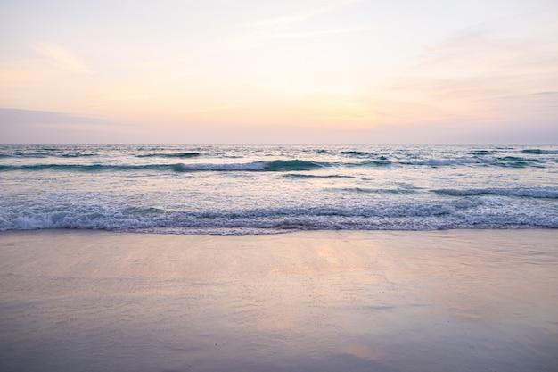 晴れた日に海の泡と水しぶき、巨大な波のビュー。 Premium写真
