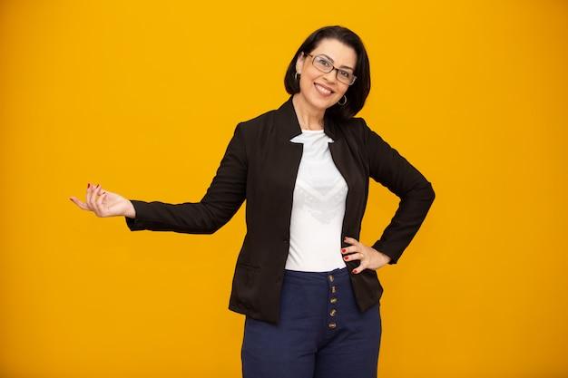笑みを浮かべて美しい中年ビジネス女性 Premium写真