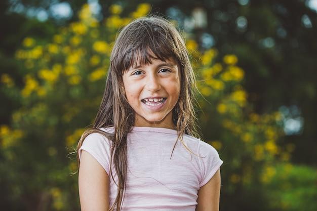 Портрет улыбается красивая молодая девушка на ферме. Premium Фотографии