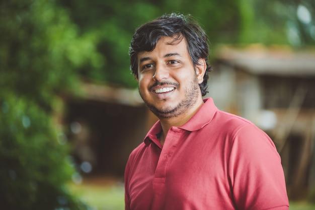 Портрет улыбающегося красивого молодого мужского фермера Premium Фотографии