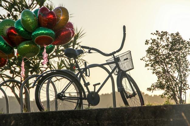 自転車はリオデジャネイロの夜明けに自転車ラックに閉じ込められました。 Premium写真