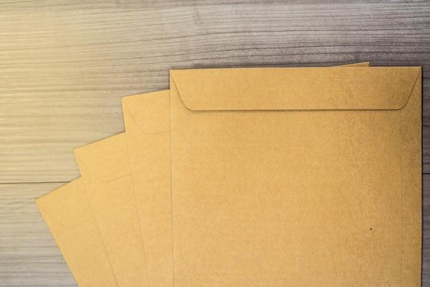木製の床の表面に茶色の封筒 Premium写真