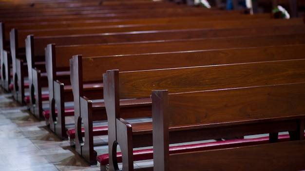イエス・キリスト教会祈りと祈りのための椅子 - イメージ Premium写真
