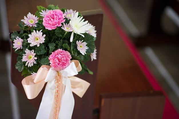 花 - 教会で美しく装飾された画像 Premium写真
