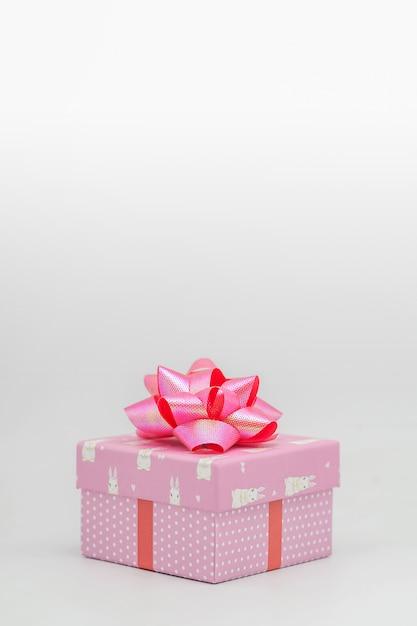 Розовая подарочная коробка с розовой лентой на белом фоне поздравляем по разным поводам - картинки Premium Фотографии
