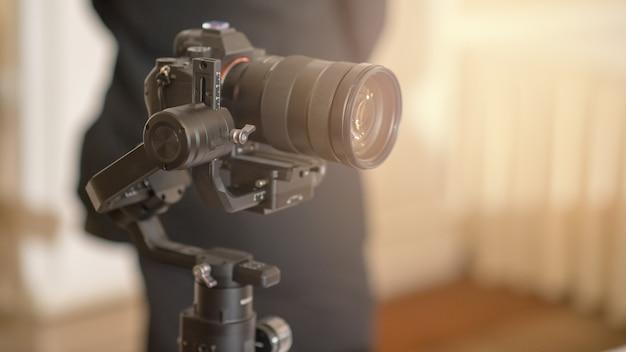 Цифровая беззеркальная камера и микрофон записи Premium Фотографии