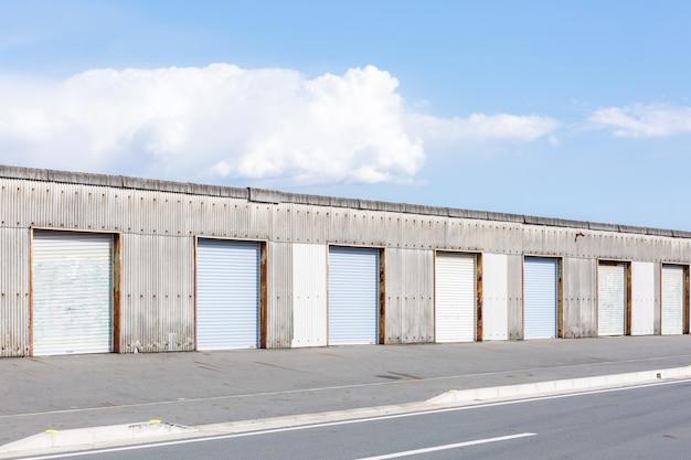 倉庫のドア。 Premium写真