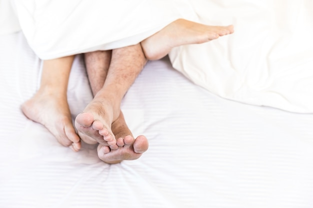 Молодые сексуальные пары в постели Premium Фотографии