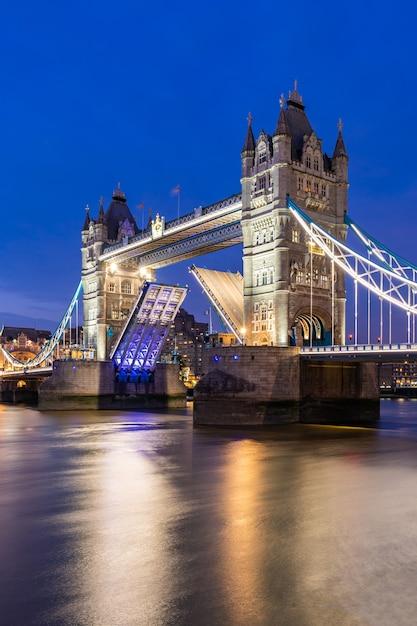 ロンドンタワーブリッジを持ち上げる Premium写真