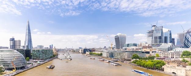 テムズ川とロンドンのダウンタウン Premium写真