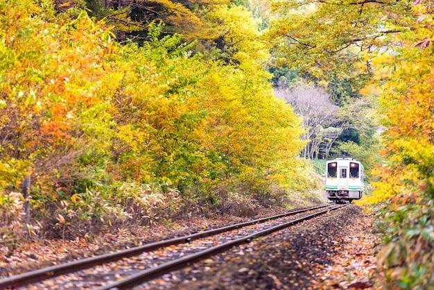 白い電車通勤ふくしま日本 Premium写真