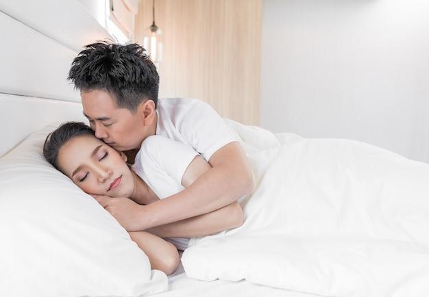 ベッドの中でカップル Premium写真