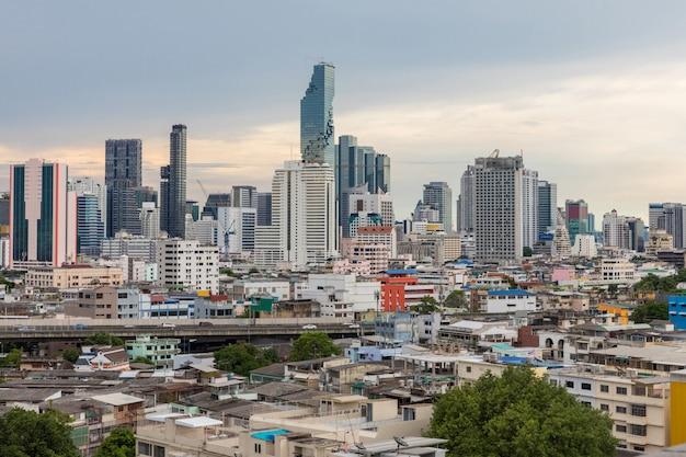 バンコクのスカイラインの夕日 Premium写真