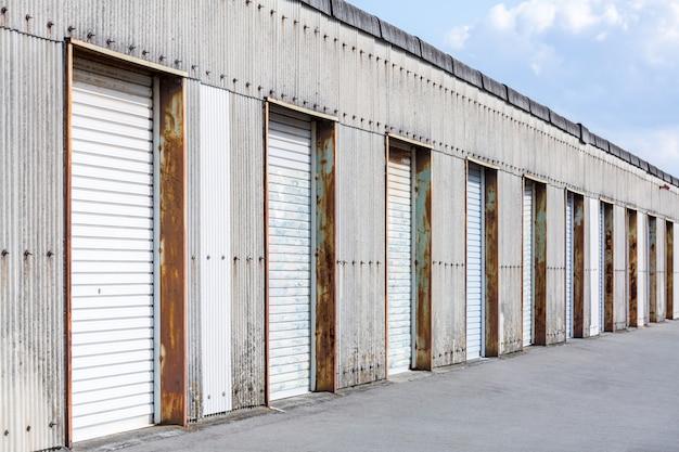 倉庫のドア Premium写真