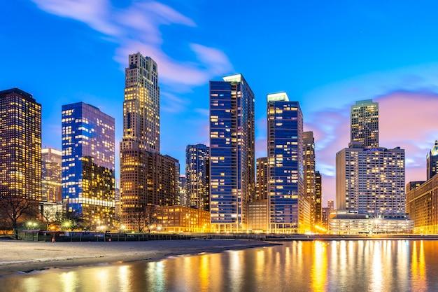 夜のシカゴのスカイライン。 Premium写真