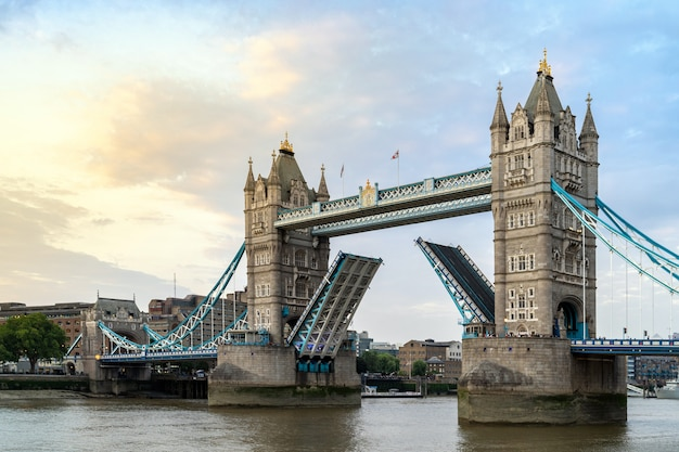 Лондонский тауэрский мост Premium Фотографии