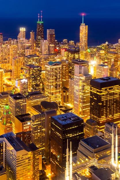 シカゴのスカイラインの夜の空撮 Premium写真