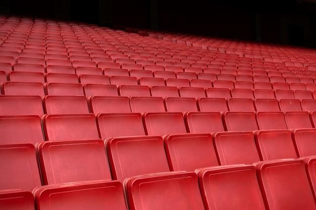 スタジアムで赤い座席行 Premium写真