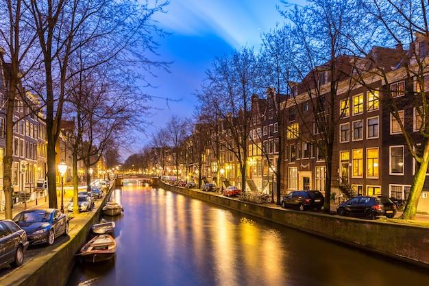 アムステルダムの運河の夕日 Premium写真