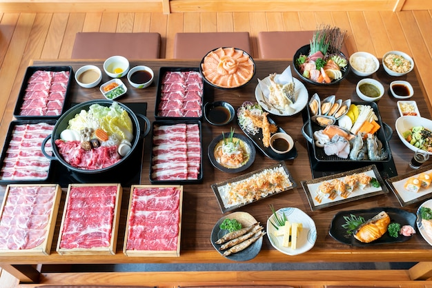 日本のすき焼きと食べ物 Premium写真