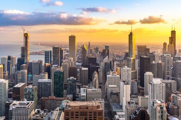 シカゴのスカイライン南夕日の空撮 Premium写真