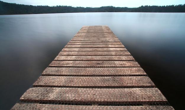 湖の桟橋の古い桟橋 Premium写真