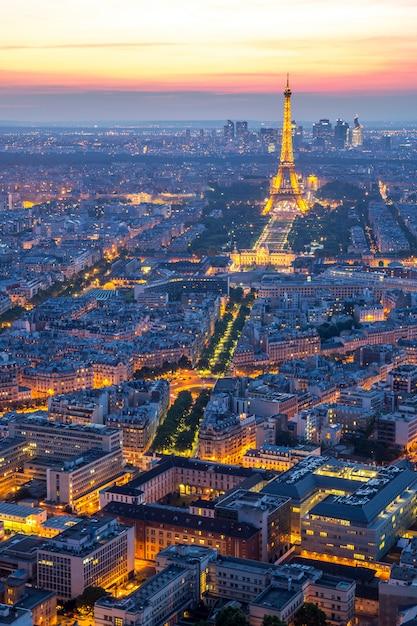 エッフェル塔パリの夕暮れ Premium写真