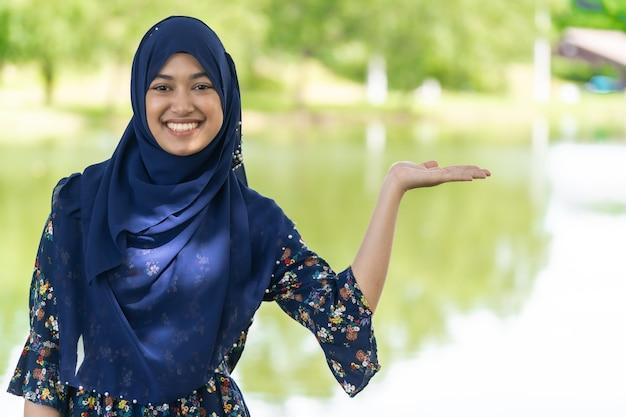 イスラム教徒の少女の肖像画 Premium写真