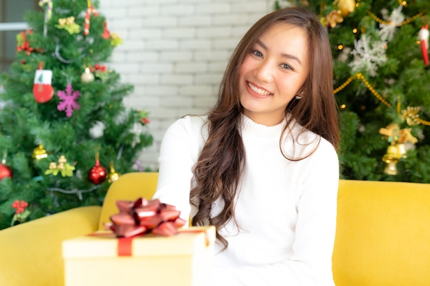美しい少女クリスマスギフトボックス Premium写真
