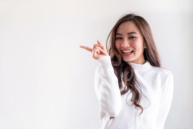 Портрет молодой взрослой девушки Premium Фотографии