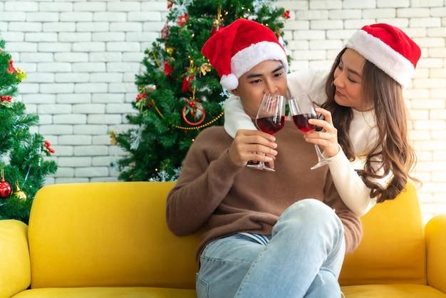カップルのクリスマスのお祝い Premium写真