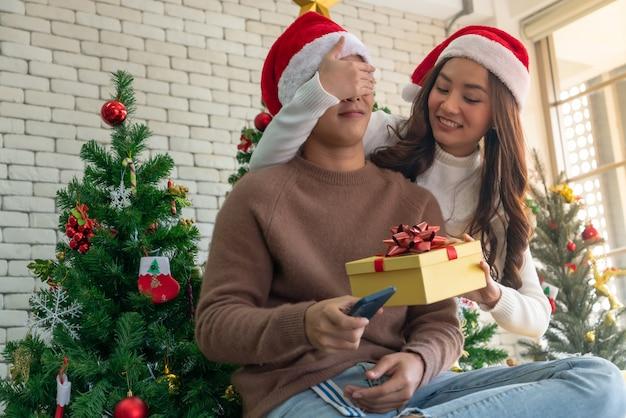 クリスマスギフトサプライズ Premium写真