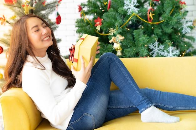クリスマスプレゼントギフトボックスを持つ美しい女性 Premium写真