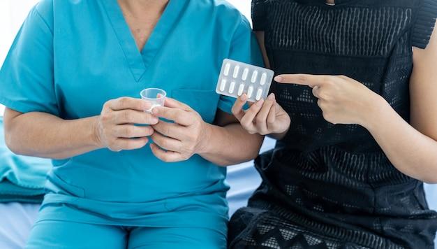 介護者が錠剤を準備する Premium写真