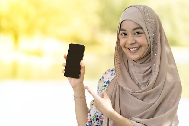 イスラム教徒の少女の携帯電話の肖像画 Premium写真