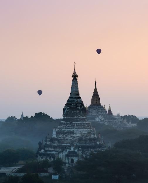 Баган на рассвете с воздушного шара, мьянма Premium Фотографии