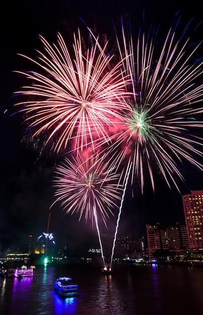 タイ、バンコクのチャオプラヤ川に架かるカラフルな花火 Premium写真