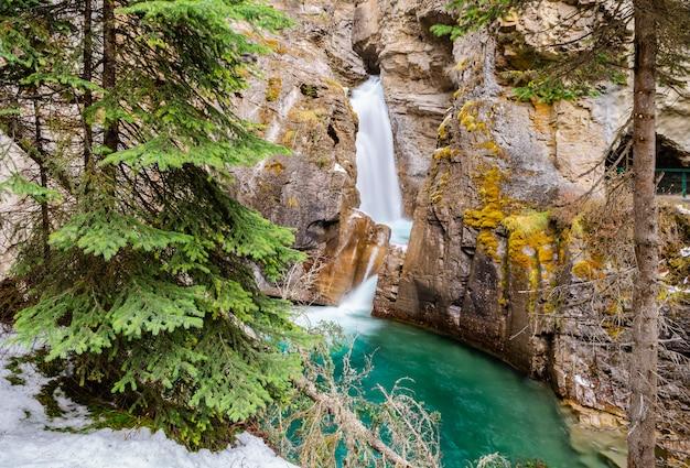 カナダ、アルバータ州バンフ国立公園のジョンストンキャニオンの滝 Premium写真