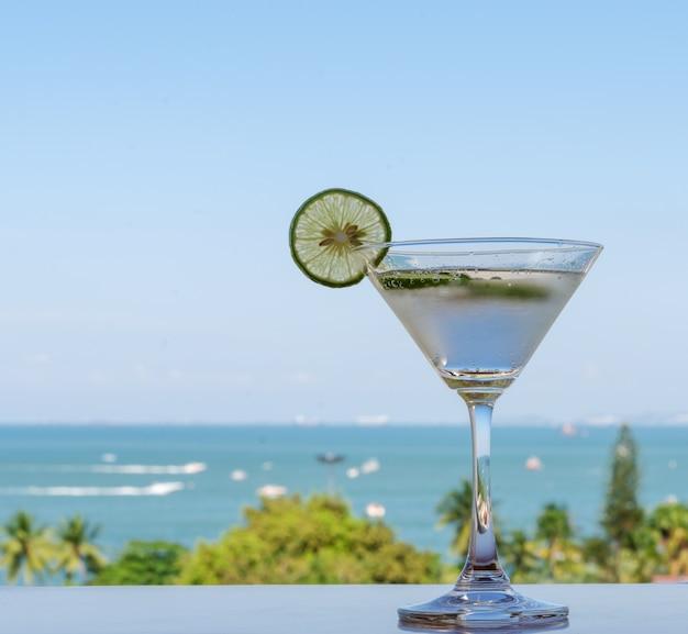 海とライムソーダ飲み物のグラス Premium写真