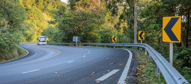 林道でぼやけている車 Premium写真