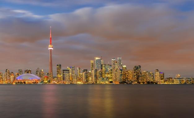 日没、オンタリオ州、カナダのトロントのスカイライン Premium写真
